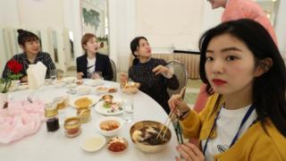 지난 4월 평양 냉면 전문점인 옥류관에서 남북평화 협력기원 남측예술단원인 걸그룹 레드밸벳이 냉면을 먹고 있다