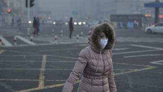 Mujer con tapabocas en China
