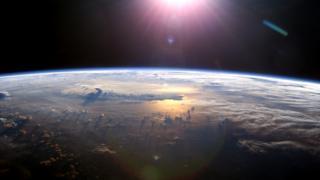 ภาพถ่ายจากสถานีอวกาศนานาชาติเผยให้เห็นชั้นบรรยากาศของโลก ขณะดวงอาทิตย์ตกเหนือมหาสมุทรแปซิฟิก