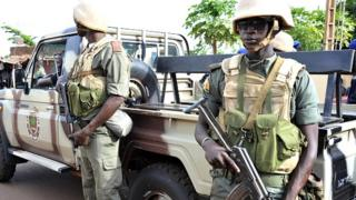 Des soldats en alerte sur une route près de Bamako