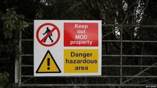 Zona de advertencia en la puerta de Porton Down