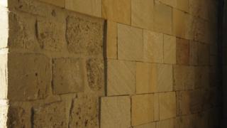 Keyqubad məscidi üzərində divarına üstünə yeni örtük vurulub