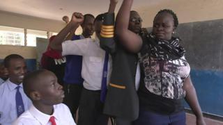 منظمة كينية تدرب آلاف المراهقين بالأحياء الفقيرة في نيروبي على كيفية حماية النساء من العنف.