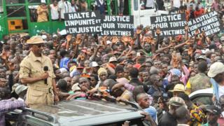 Le chef de file de l'opposition Guinéenne Cellou Dalein Diallo au milieu des manifestants