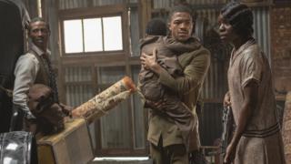 "Dajour Ashwood, Steven Norfleet and Alexis Louder em cena da série ""Watchmen"", da HBO"
