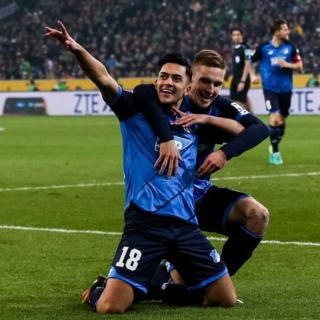 Nadiem Amiri celebra un gol con Pavel Kaderabek