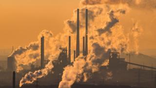 蒸氣與廢棄從德國奧伯豪森一家化工廠的煙囪升起(6/1/2017)