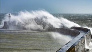 Шторм у побережья в Восточном Сассексе