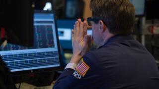 Un hombre en la bolsa de Wall Street