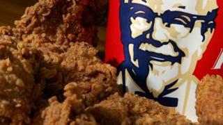 курица и коробка с логотипом KFC