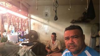 Açougueiros no mercado de Las Pulgas, em Maracaibo, na Venezuela