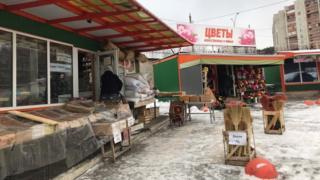 На местном рынке можно купить веники, валенки и искуственные цветы