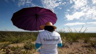 Mulher busca por corpos de mulheres desaparecidas nos arredores de Ciudad Juárez
