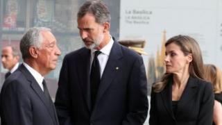 حضر الملك فيليب والملكة ليتيزيا قداسا خاصا في كاتدرائية ساغرادا فاميليا (كاتدرائية العائلة المقدسة) بمدينة برشلونة لتأبين القتلى