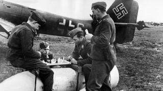 Німецькі солдати грают у шахи на бомбі, 1941 рік
