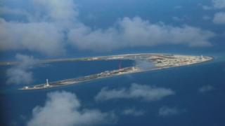 衛星圖像表明,中國在南海渚碧礁(Subi Reef)的人工島嶼上部署了防空系統。