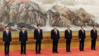 新体制の発表では、習氏に続いて6人の常務委員が舞台に上がった(25日)