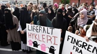 Danimarka'da yüzlerce kişi peçe yasağını protesto etti.