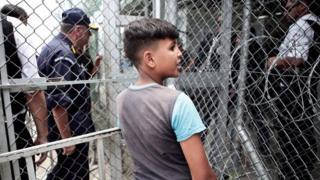 یک نوجوان پناهجو در اردوگاه پناهجویان در جزیره لزبوس یونان