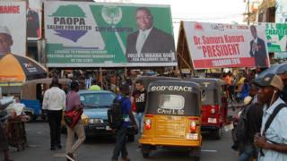 Les affiches des candidats dans une rue de Freetown.