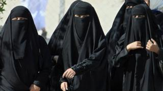 Saudi women cross a street in Hofuf city, 250 kms east of the Saudi capital Riyadh, 22 November 2007
