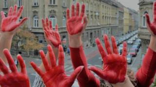ruke u crno ofarbane