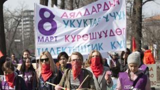 """8-мартта Бишкекте """"Кырк чоро"""" менен феминисттердин кош жүрүшү өтөт"""
