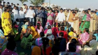 Indian women march to temple, demanding 'right to pray'