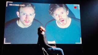 Джеймс Марлоу и Оливер Беннетт на сцене