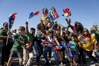 هواداران آفریقای جنوبی در پرتوریا، پیروزی فینال جام جهانی راگبی تیم خود را برابر انگلیس جشن می گیرند