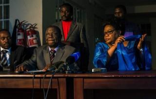 Bwana Tsvangirai (hagati) n'umupfasoni Mujuru (i buryo), ntibaramenyesha uwuzoseruka mu matora y'umukuru w'igihugu