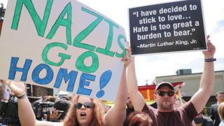 Manifestantes contra grupos neonazis