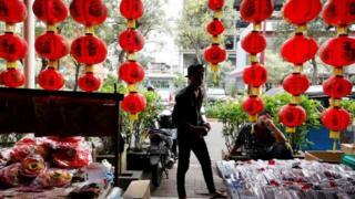 雅加达一家商店为中国春节装饰店面