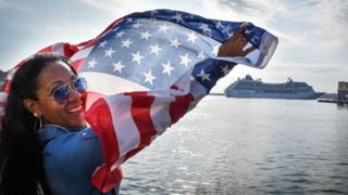 Mujer en La Habana con bandera de EE.UU.