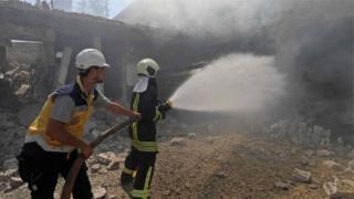 Пожежні гасять вогонь після авіаударів
