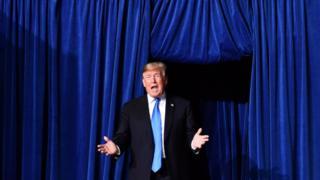 Синяя волна у Трампа за спиной