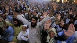 Supporters of Maulana Sami ul-Haq attend his funeral in Akora Khattak, Pakistan. Photo: 3 November 2018