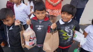 Niños recogiendo alimentos en Salinas