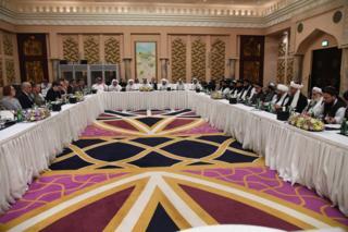 این تصویر که از سوی منابع رسمی قطری منتشر شده، نشست امروز میان نمایندگان طالبان به ریاست ملا برادر (نفر پنجم راست) و زلمی خلیلزاد را نشان میدهد