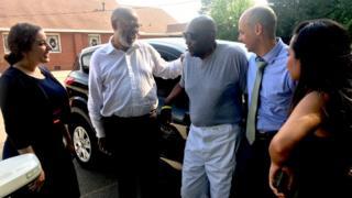 Charles Ray Finch (ao centro, de camiseta cinza) com alguns dos advogados voluntários que atuaram em seu caso