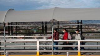 أغلقت الولايات المتحدة حدودها مع المكسيك أمام جميع حركات المرور باستثناء الضرورية