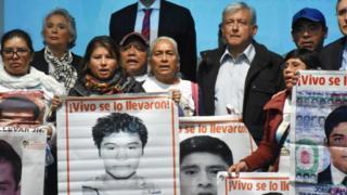 AMLO junto a familiares de los jóvenes de Ayotzinapa que desaparecieron