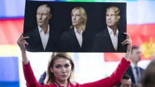 Девушка с плакатом возле здания, где Владимир Путин проводил пресс-конференцию 23 декабря 2016 года