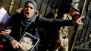 Une sympathisante de Moubarak criant victoire quand le tribunal l'avait déclaré non coupable de la mort des manifestants du soulèvement qui avait renversé son pouvoir