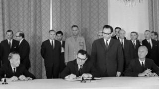 Министр иностранных дел СССР Андрей Громыко подписывает Договор о нераспространении ядерного оружия (Москва, 1 июля 1968 года; справа - посол США в Москве Луэллин Томпсон, слева - посол Соединенного Королевства Джеффри Харрисон)