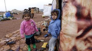 طفل وطفلة سوريين في مخيم للجوء في لبنان