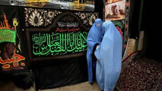 женщины-шиитки молятся на день Ашура, Кабул