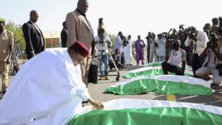 Mahamadou Issoufou receiving bodies of the dead soldiers