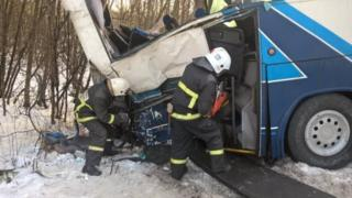 На месте ДТП работают спасатели