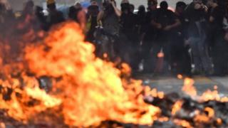 Barricada ardiendo durante las protestas en Hong Kong.